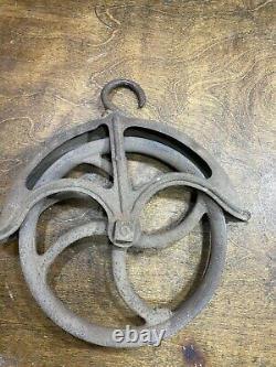Vintage Cast Iron Farm Well Pulley / Antique Primitive Rope Hoist / industrial